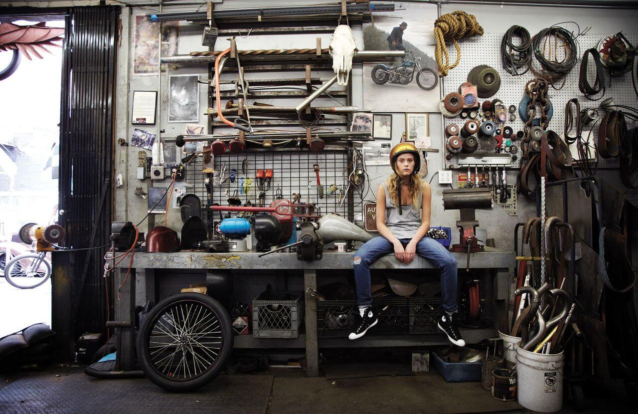 Девушка после ремонта в гараже