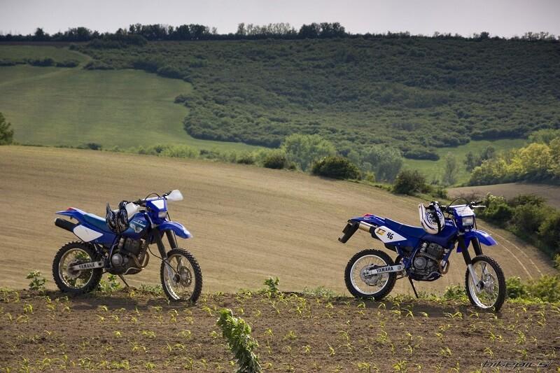Два Ямаха ТТР на поле